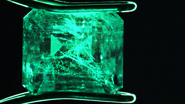 Viên Emerald doublet nặng 1.81 ct Photo by Claire Ito